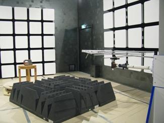 Безэховая камера. Испытания на ЭМС прибора для измерения параметров электроизоляции (устойчивость к радиочастотному электромагнитному полю)